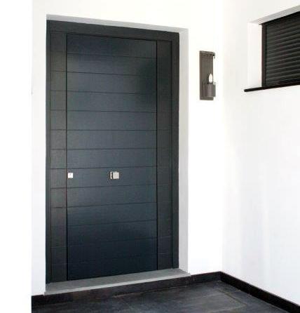 Renovar la imagen de una estancia con puertas de madera hechas a medida