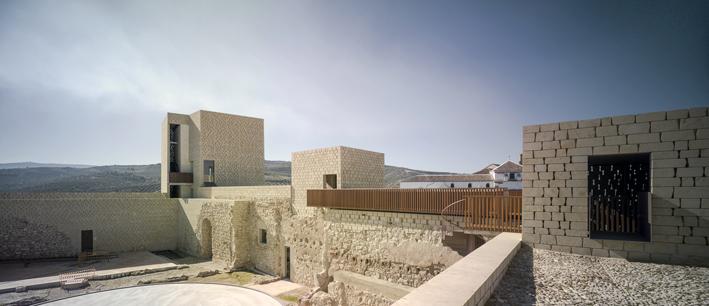 Grupo GUBIA ejecuta un sistema de pasarelas en madera de iroco para visitar las ruinas del Castillo de Baena