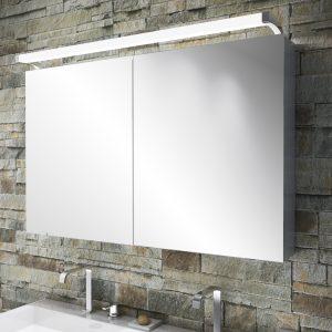 Lámpara de alta gama Loox LED 3021 para montaje sobrepuesto. Con salida de luz en tres direcciones, es especialmente adecuada para aplicaciones en cuartos de baño. Está disponible en tres longitudes distintas, por lo que se puede integrar perfectamente en cualquier mueble.