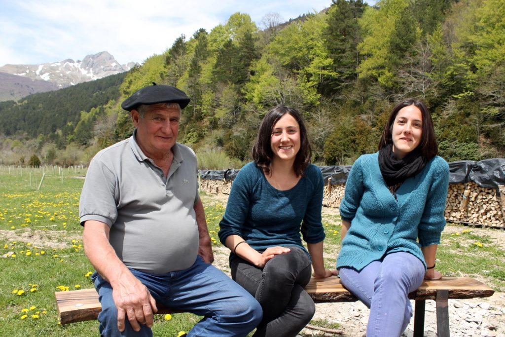 Angel Mari Barace con sus hijas, Ione y Edurne.