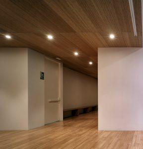 La tendencia del mercado andaluz, con especial hincapié en la región marbellí, demuestra que la carpintería estandarizada no tiene demanda en las viviendas de alta gama. El cliente requiere elementos singulares y exclusivos en sus espacios.