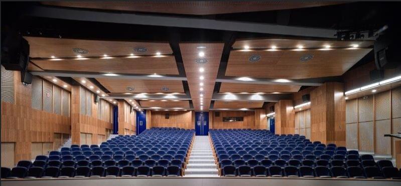 Panorámica del salón de actos. Fotografías Javier Orive para Grupo GUBIA. Todos los derechos reservados.