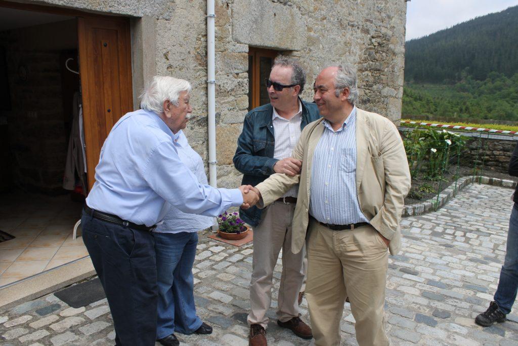 Miguel Angel González Redondas, propietario del monte Riobóo, saluda a Francisco Carreño, Presidente de COSE (Confederación de Organizaciones de Selvicultores de España).