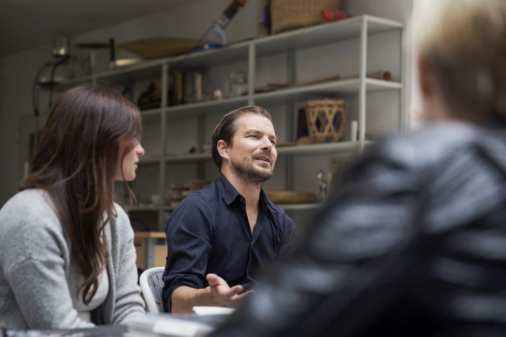 En el centro de la imagen, el prestigioso diseñador Stefan Diez.