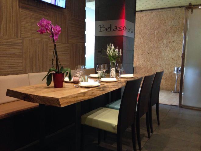 Tablón convertido en una impresionante mesa que da calidez al restaurante.