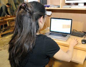 Gemma Giribet, programando la fabricación de un mueble.