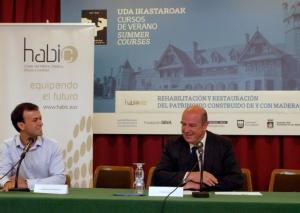 El viceconsejero Bittor Oroz (derecha) abre el curso junto al responsable del sector madera en Habic, Xabier Pérez de Arenaza (izquierda).