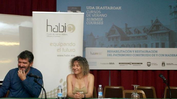 Mikel Landa (izqda.) y Alazne Ochandiano (dcha.) durante su ponencia.