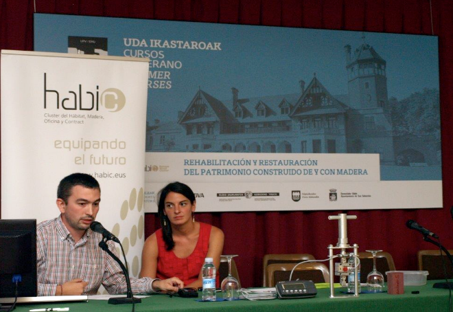 Daniel Luengas (izqda.) y Maite Crespo (dcha.) presentando el trabajo realizado en ESMAARQ.