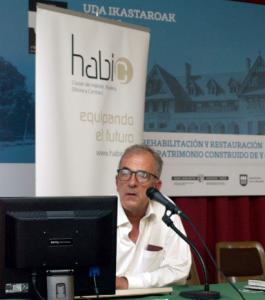 Anton Pagola durante su charla sobre el museo TOPIC.