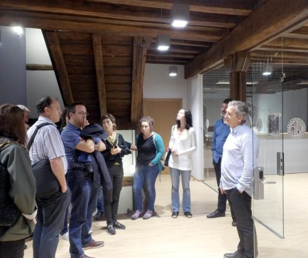 El arquitecto Pedro Izaskun muestra la obra del Ayuntamiento de Berastegi.