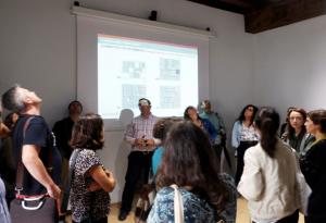 Josu Benito muestra la intervención realizada en la estructura de más de 400 años.