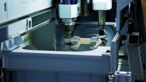Dos unidades de perfil de recorte pueden ser utilizadas simultáneamente, de una sola pasada, en una pieza de trabajo.