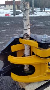 TMK es una cizalla ideal para las excavadoras. Simplifica el proceso de desramado, gracias a su excelente diseño, que incorpora una cuchilla a la garra forestal de la cizalla.