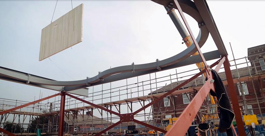 Primer uso comercial: Levantamiento de un panel de madera contralaminada de tulipwood en las obras del Maggie's Centre. Foto: