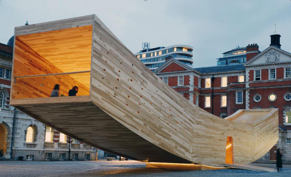 The Smile, construida con madera contralaminada de tulipwood frondosa estadounidense, instalada en Chelsea College of Arts para el Festival de Diseño de Londres 2016. Foto: Jon Cardwell.