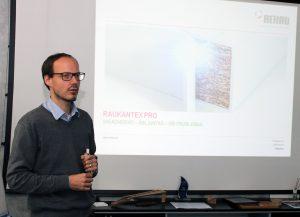 Achim Ronsdorf, técnico de REHAU, presentó a los clientes de BIESSE la tecnología RAUKANTEX de canto coextrusionado para su aplicación mediante láser o aire caliente.