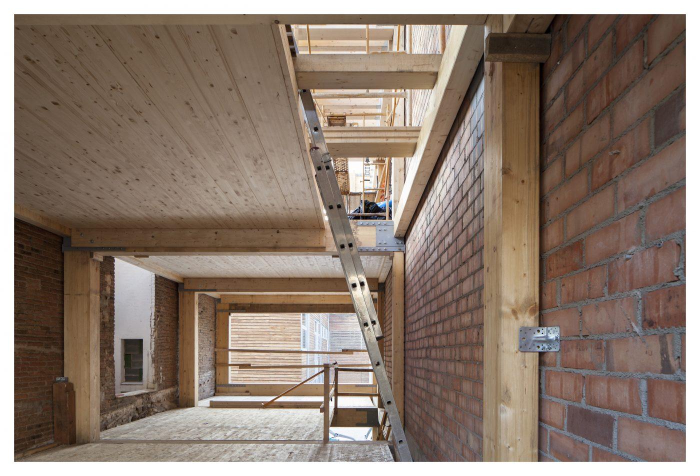 HOUSE HABITAT concluye un edificio de madera con planta baja más tres pisos en El Prat de Llobregat