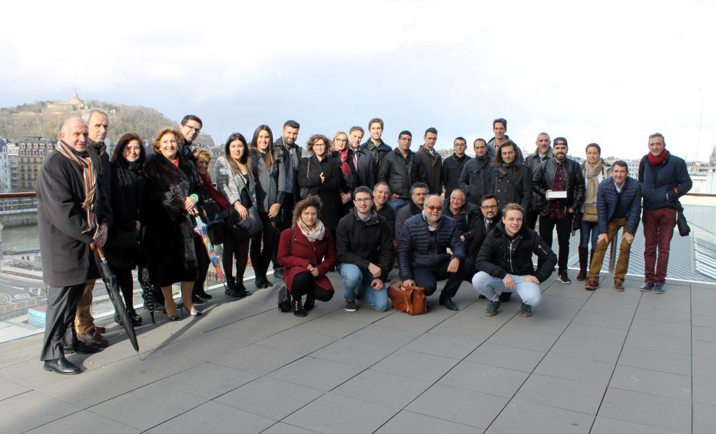 Alumnos premiados, profesores, representantes de instituciones y Amigos del Concurso, posan en la terraza del edificio Tabakalera.