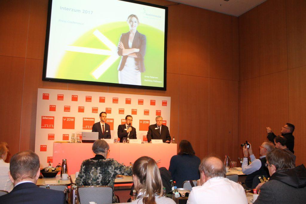 De izquierda a derecha Matthias Pollmann, Director de Proyectos de interzum, Arne Petersen, Vicepresidente de Gestión de Ferias de Koelnmesse GmbH, y Marcus Majerus, Jefe de Prensa de la Koelnmesse, ayer en una conferencia de prensa ofrecida en imm cologne 2017.