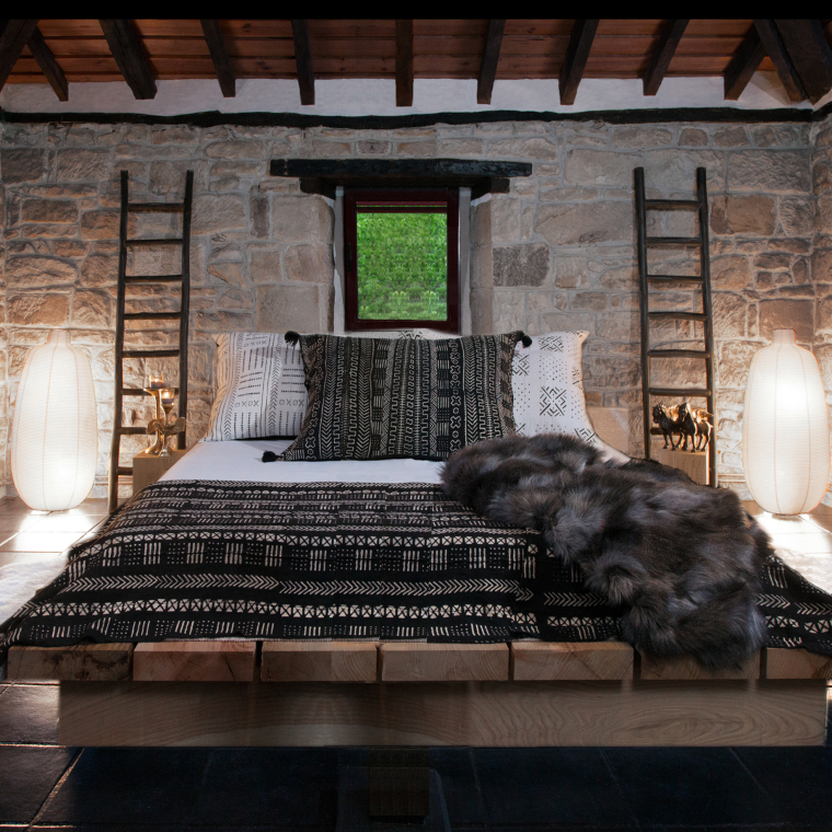 Decoración rústica de dormitorio con tablones y traviesas de roble