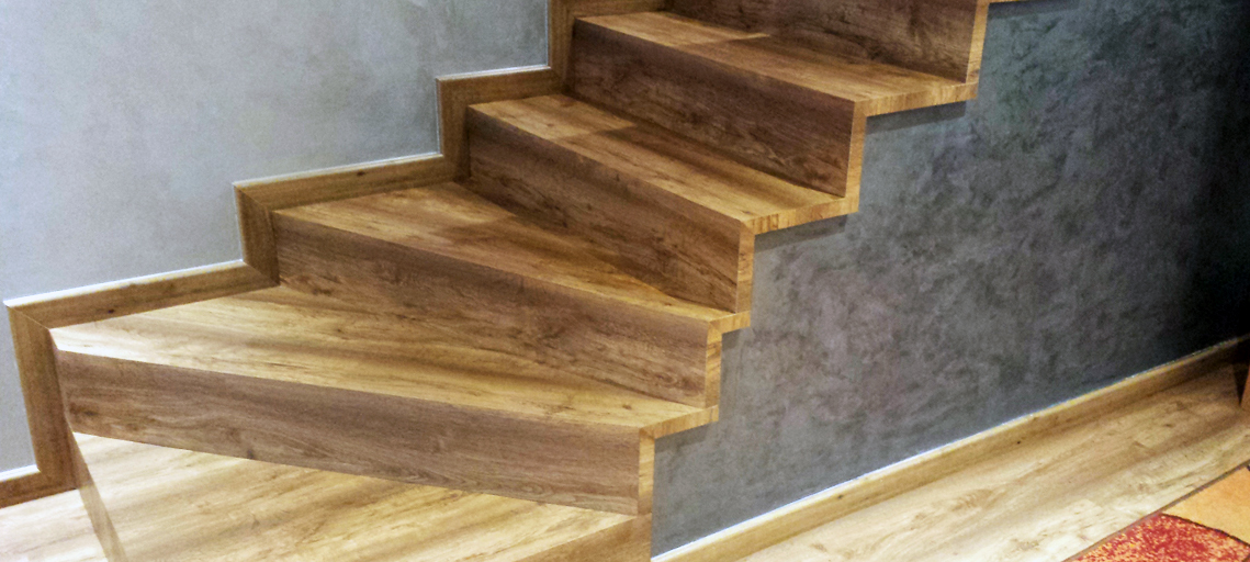 Escaleras y suelos con el mismo material