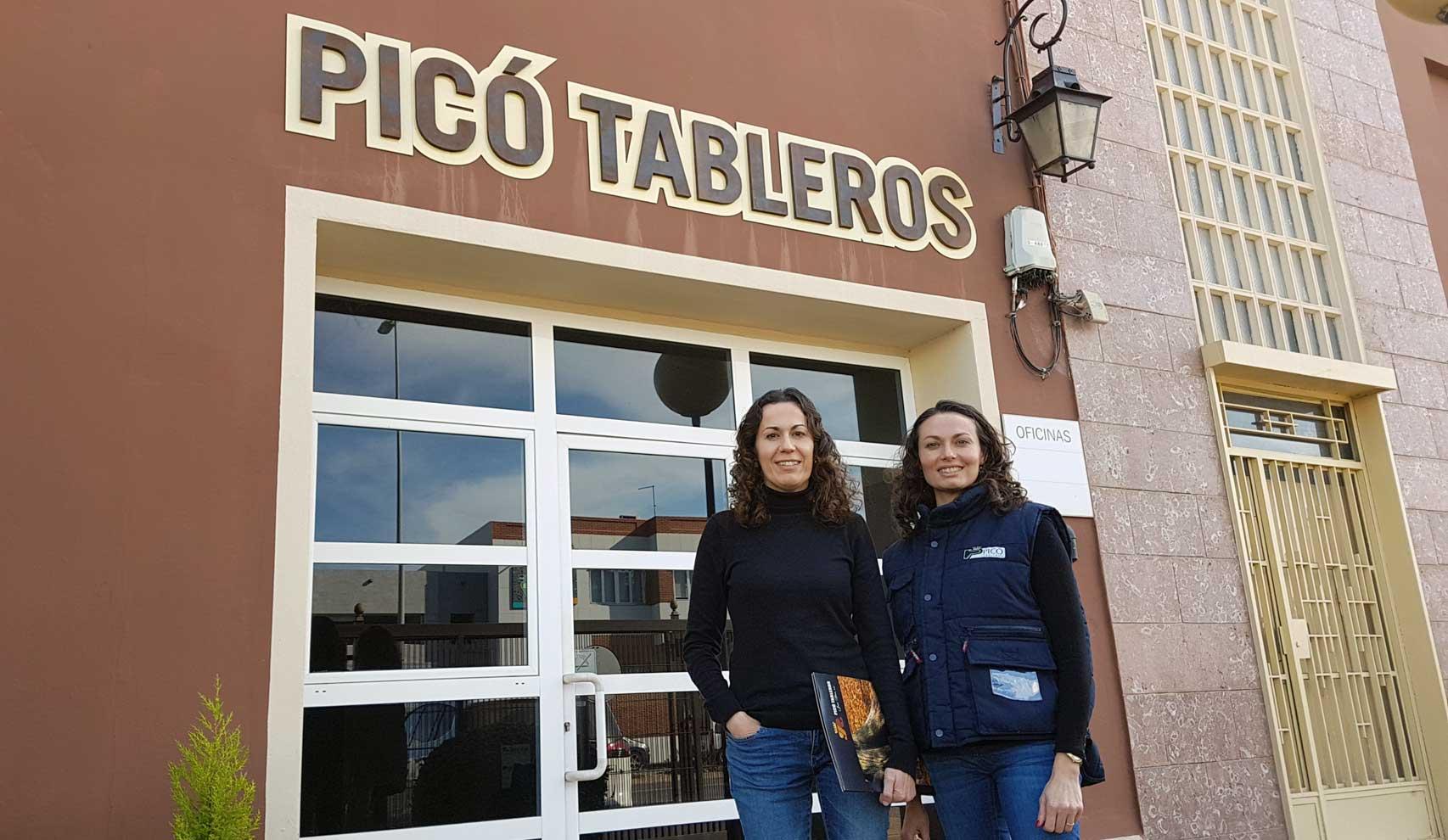 Mujeres con madera en PICÓ TABLEROS