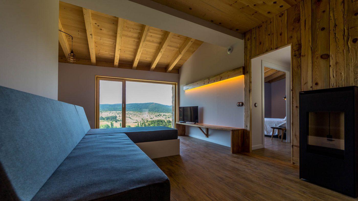 Cal Rossa, alojamiento rural positivo de madera que genera más energía de la que consume