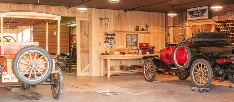 MODEL T FORD CLUB crea un garaje de madera de fresno de los años 1900