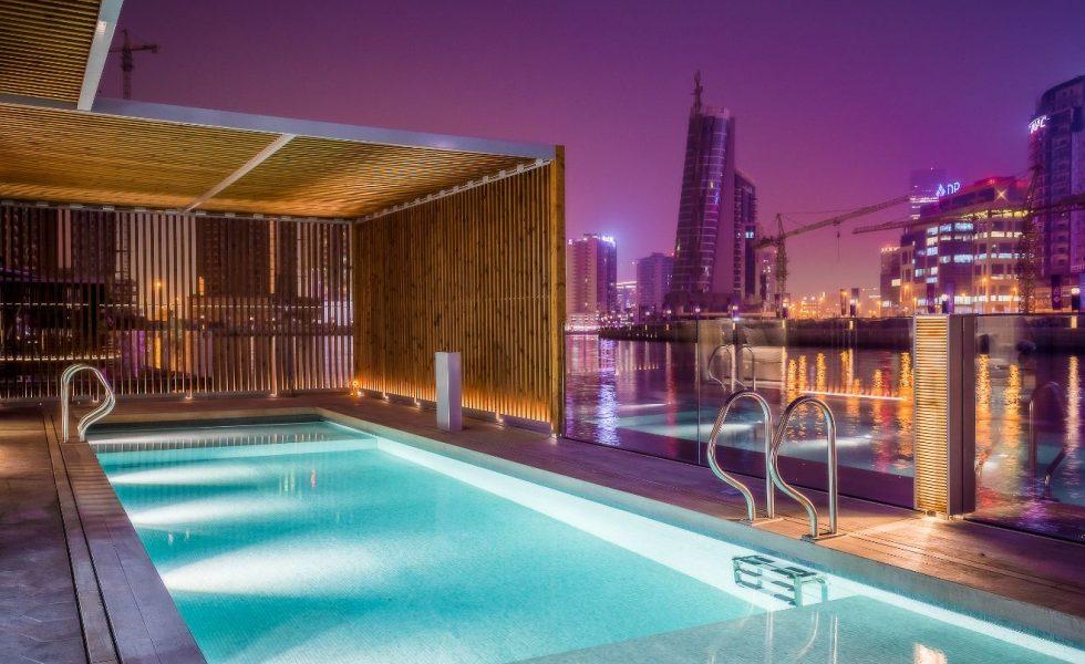 La madera termotratada LUNAWOOD reviste las villas flotantes del Dubai Water Canal