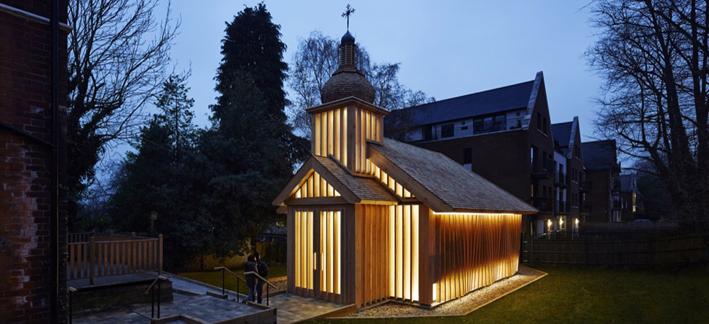 Tszwai So refleja en Londres la cultura bielorrusa mediante la construcción con madera