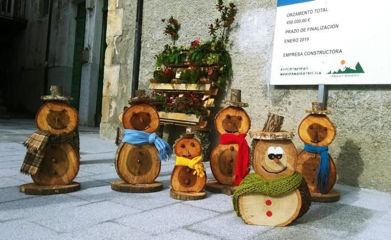 A Veiga decora la Navidad con adornos de madera