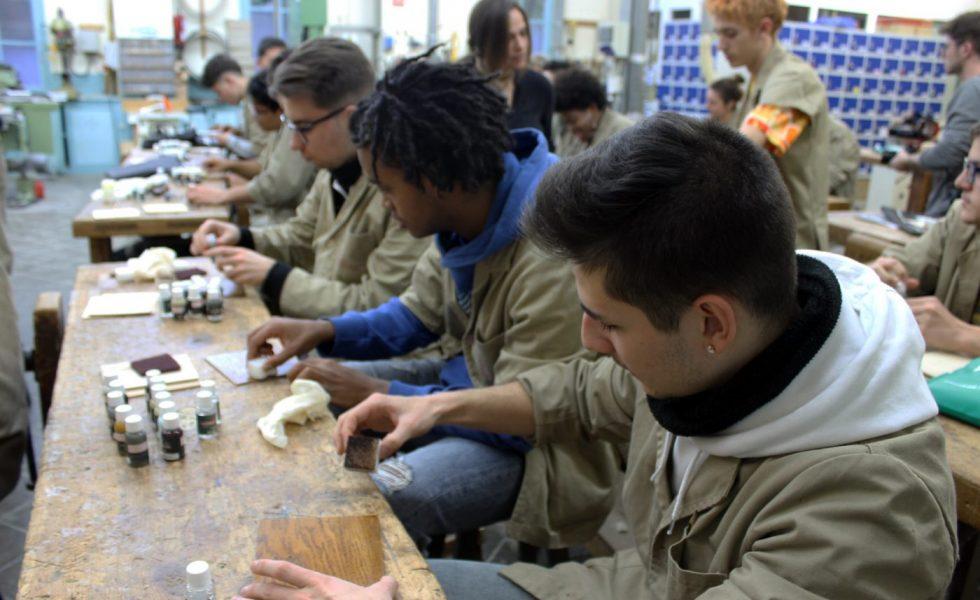 Alumnos de la Escola del Treball de Barcelona, asombrados por las posibilidades que les ofrecen los aceites RUBIO MONOCOAT