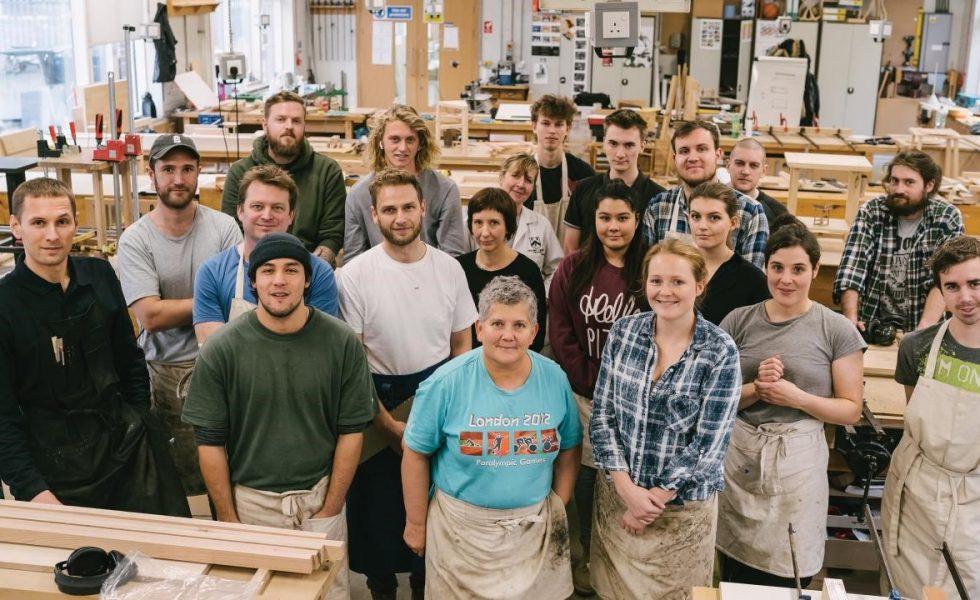 """Estudiantes del Building Crafts College usan roble rojo estadounidense para el proyecto """"La mesa útil"""""""