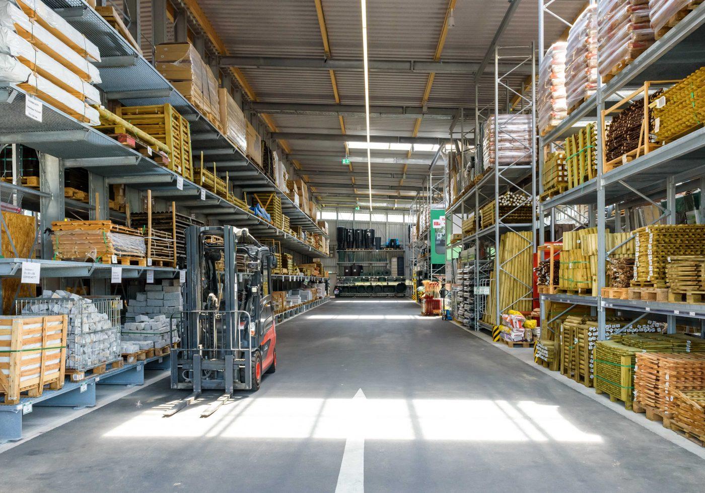 Sistema de estanterías de paletización y cantilever de OHRA para almacenar artículos de jardinería y madera
