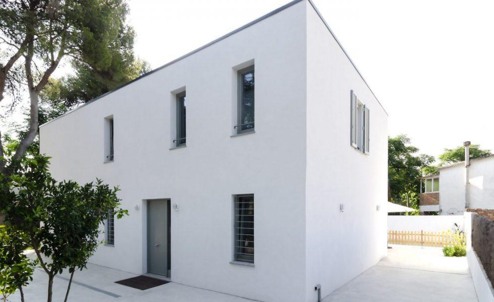 ARQUIMA realiza una vivienda sostenible en blanco puro