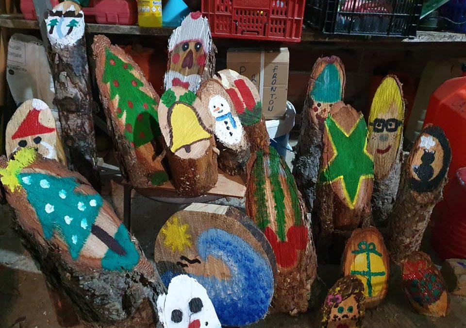 Peralejos de las Truchas recibe la Navidad con más de 1.200 adornos de madera