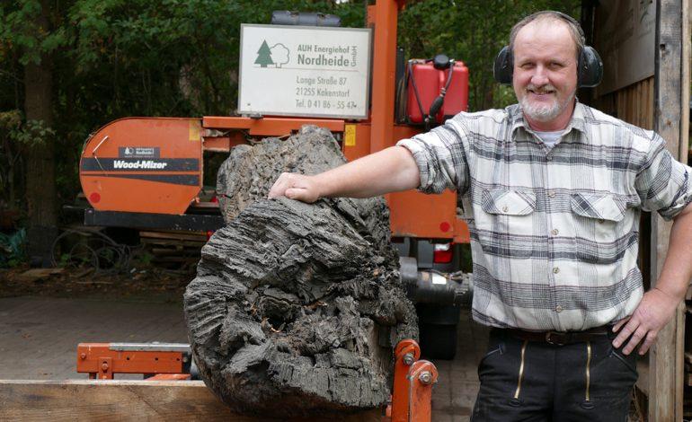 Un aserradero WOOD-MIZER corta troncos de roble de turbera
