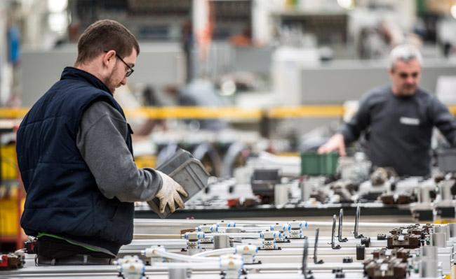El Grupo BIESSE garantiza las piezas de repuesto, los servicios y la entrega de las máquinas