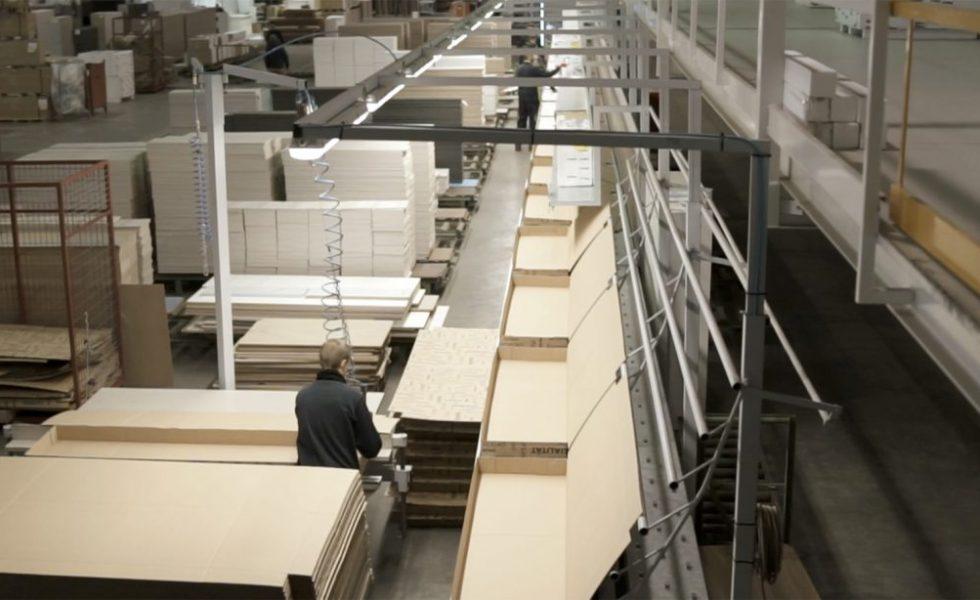 GRUPO EXOJO incorpora una línea HOMAG de embalaje automática con descarga robotizada para su gama de mueble kit