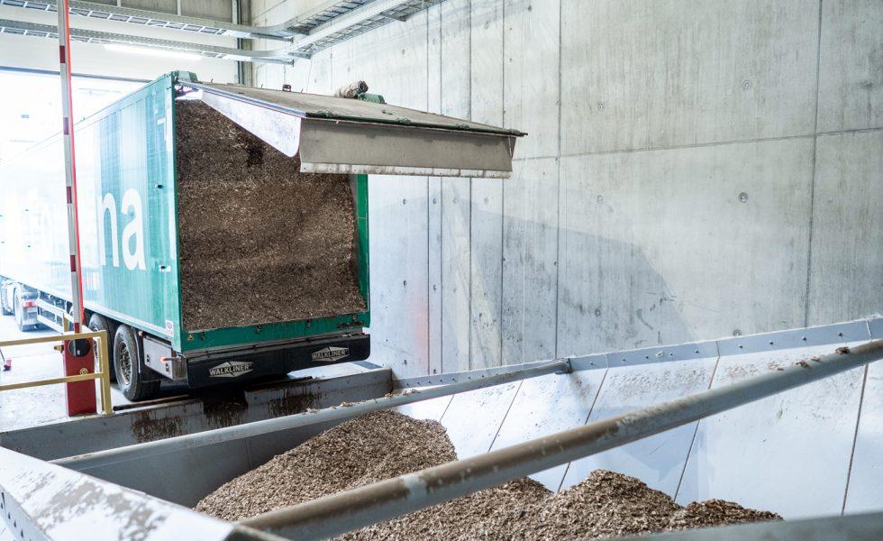 La planta de cogeneración de leña en Sisslerfeld (Suiza) suministra electricidad a 17.500 hogares