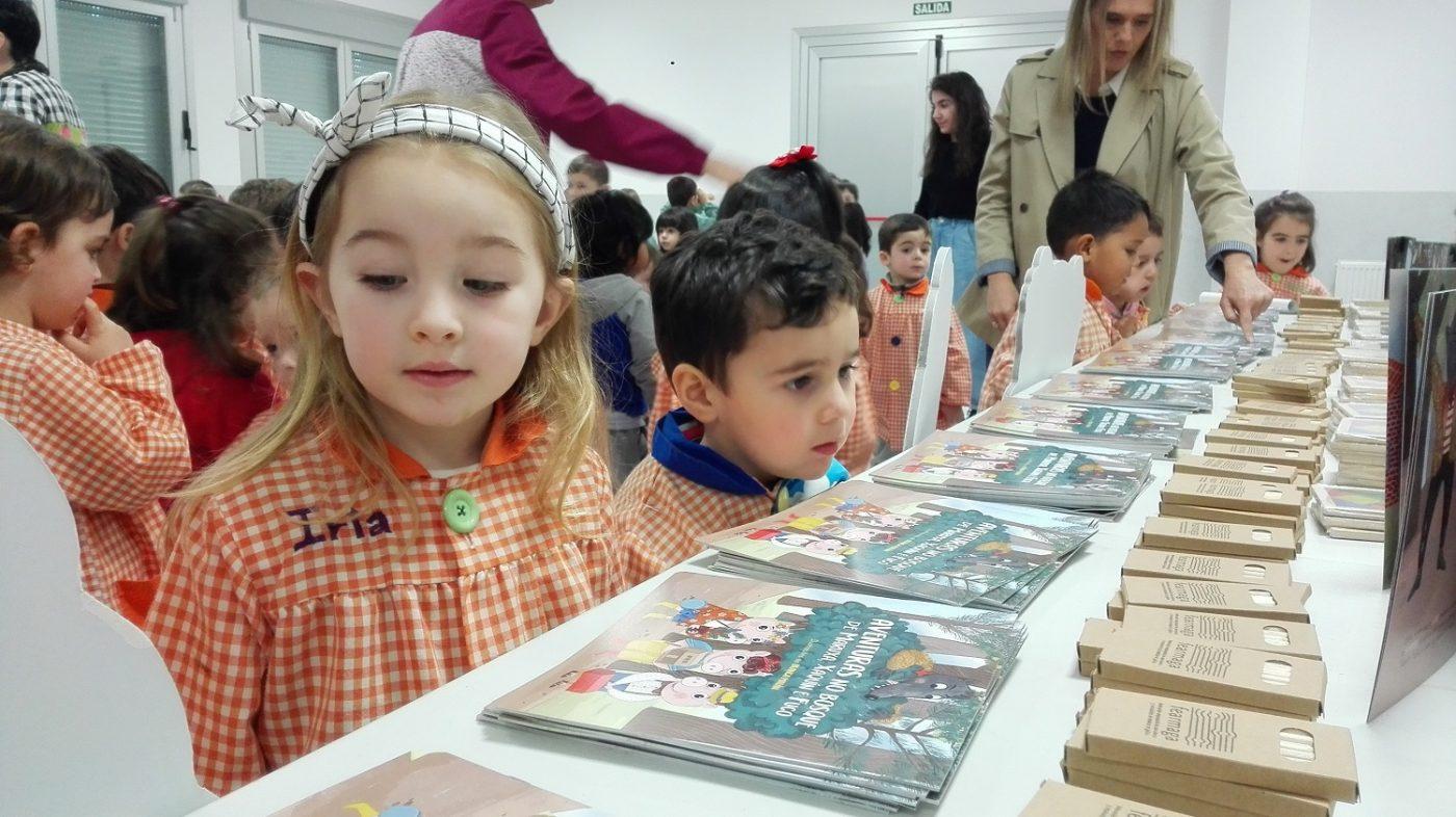 Escolares de Santiago descubren la versión de «Los tres cerditos» contra el cambio climático