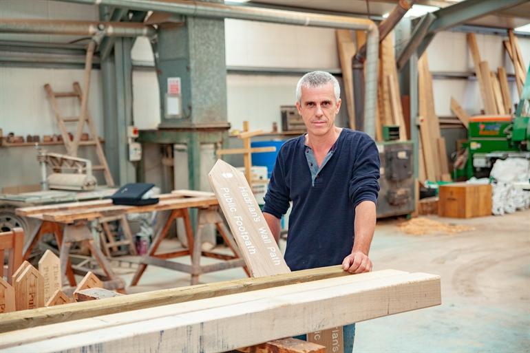 Un taller de carpintería especializado en la fabricación de pasarelas y señales de madera