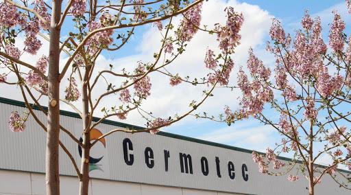CERMOTEC aplaca sus puertas con aire caliente y canto láser, logrando un acabado extraordinario