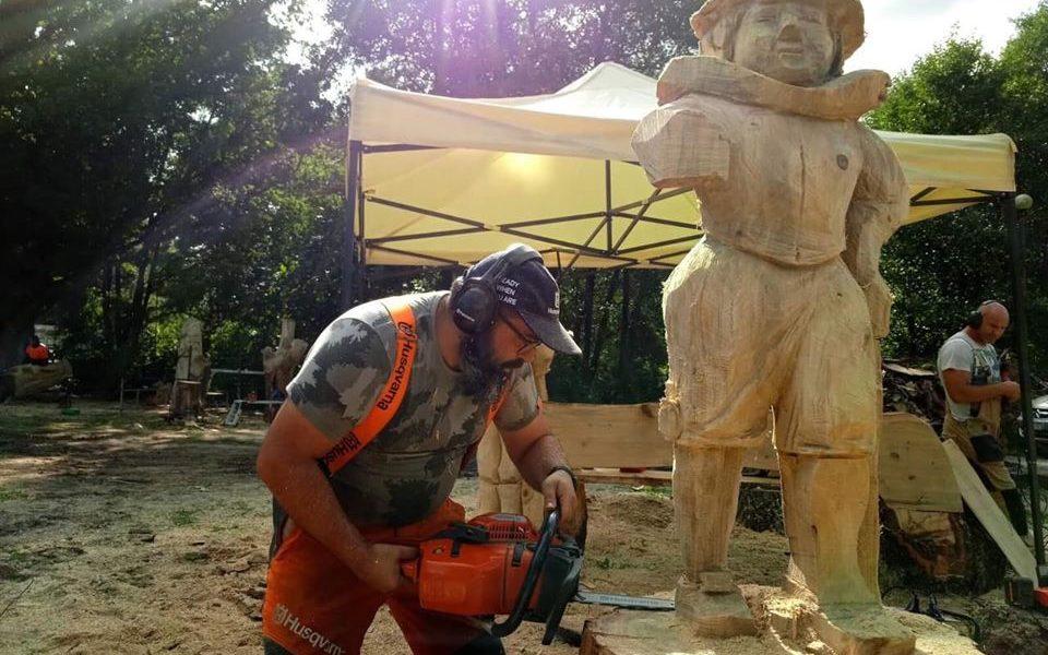 Marcos Mariño, un maestro en el arte de tallar con motosierra
