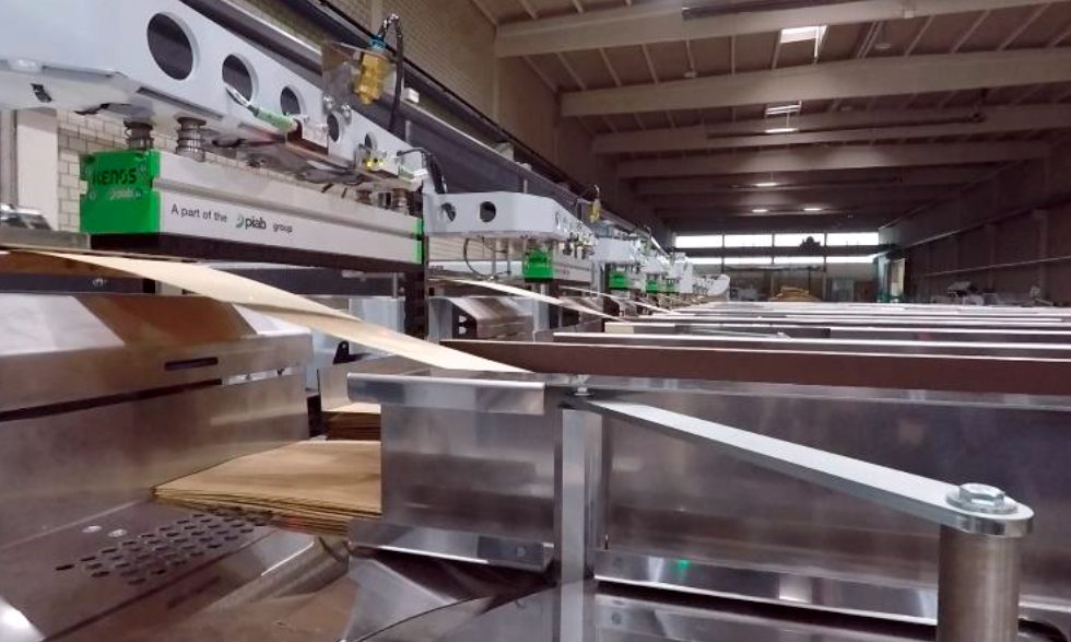 Manipulación automática individual de chapas de madera para revestimientos