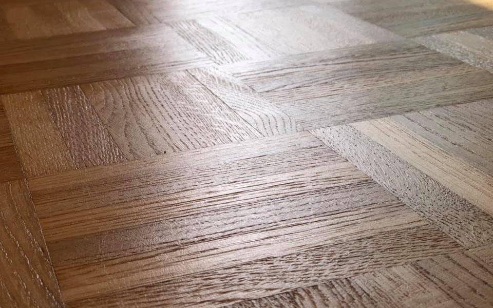 QUIDE reúne una de las más amplias gamas de productos para el pegado de suelos de madera