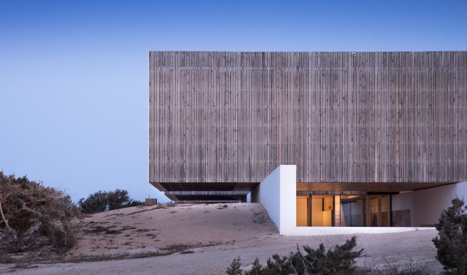 GABARRÓ viste con madera termotratada LUNAWOOD dos proyectos de Marià Castelló