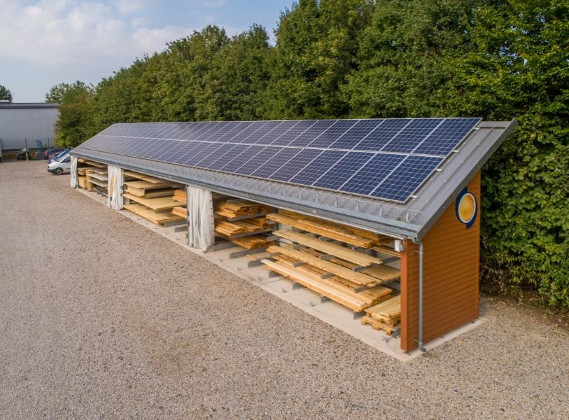 Placas solares fotovoltaicas en el tejado de su estantería cantiléver