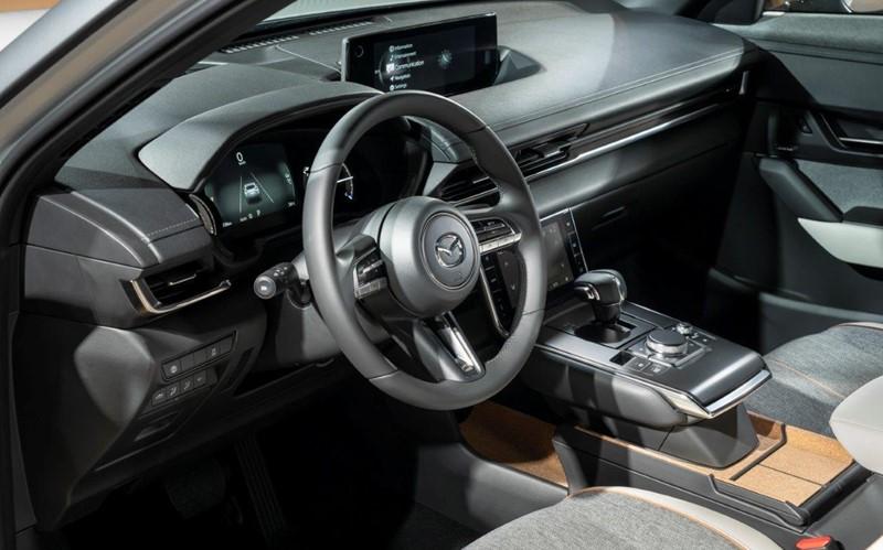 El corcho destaca en el interior del nuevo coche 100% eléctrico de MAZDA